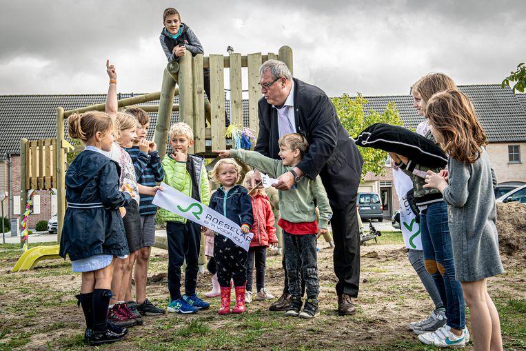 Samen met de kinderen knipte schepen Lievens officieel een lintje door.