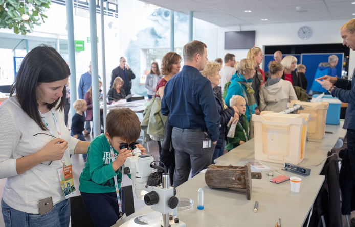 Op tafel staat één van de 3,8 miljoen papieren bekertjes die ieder jaar op de campus van Wageningen worden gebruikt, hier tijdens het Weekend van de Wetenschap in 2018.