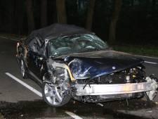 Auto botst tegen bomen en slaat over de kop, bestuurder licht gewond