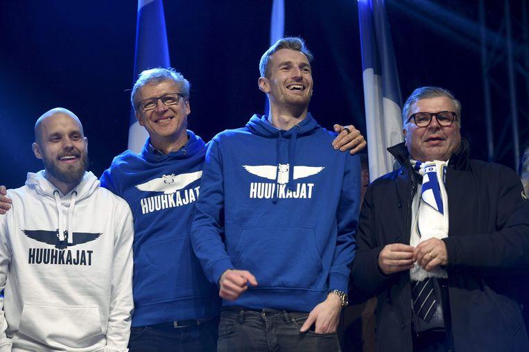 Ari Lahti (rechts) viert de Finse kwalificatie voor het EK 2020 met (vlnr) spits Teemu Pukki, bondscoach Markku Kanerva en doelman Lukas Hradecky. Beeld AFP