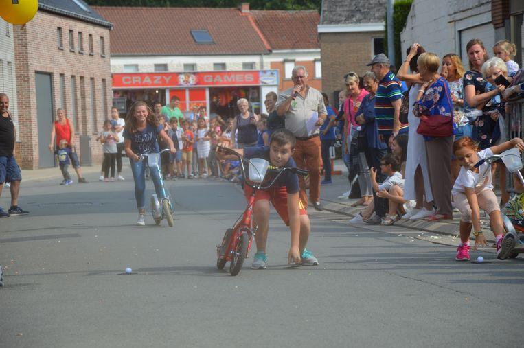 Tijdens de trotinettenkoers moesten de kinderen ook balletjes oprapen.
