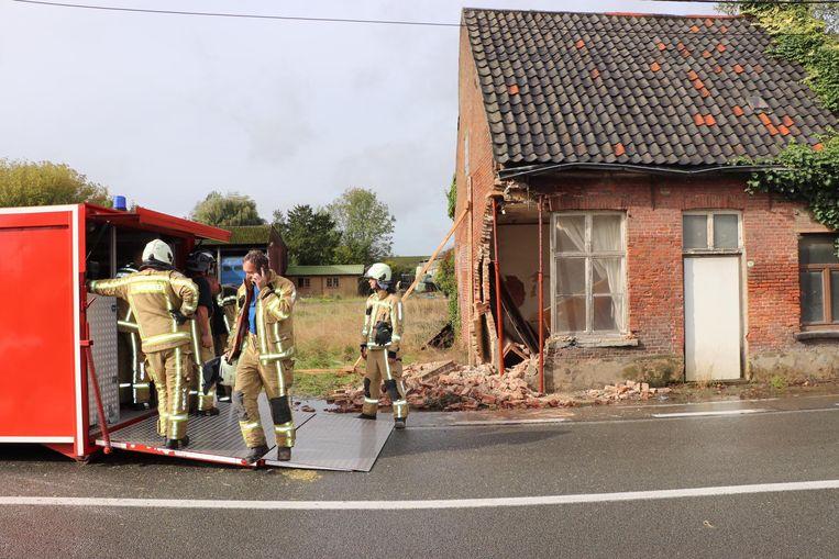 De tractor ramde de gevel van het leegstaande huis.