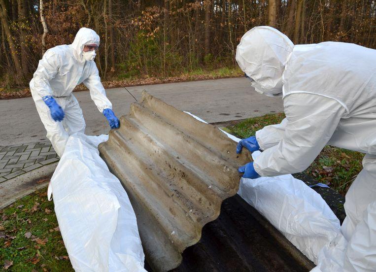 Archieffoto: een golfplaat van asbest wordt vakkundig verwijderd