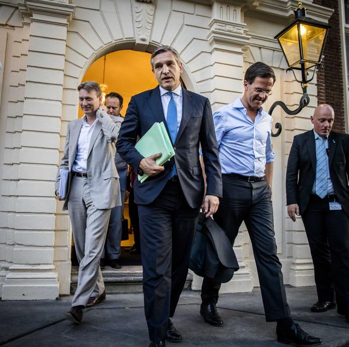 (VLMR) Halbe Zijlstra (VVD), Sybrand Buma (CDA) en Premier Mark Rutte na afloop van het formatieoverleg drie weken geleden in het Johan de Witthuis. VVD, CDA, D66 en ChristenUnie onderhandelen over een nieuw kabinet.