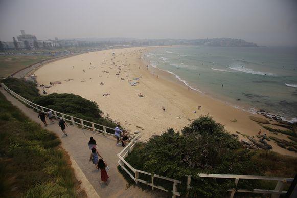 Bondi Beach gehuld in een deken van rook.