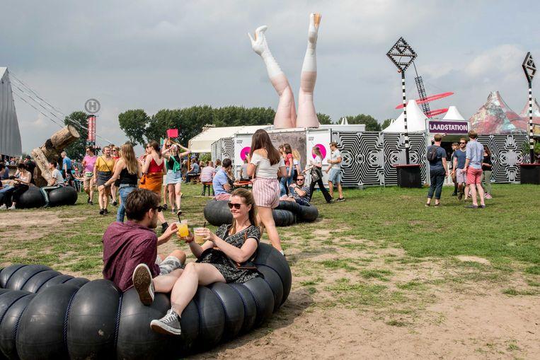 Bezoekers op het festivalterrein in Biddinghuizen tijdens de eerste dag van de 27ste editie van Lowlands.  Beeld ANP