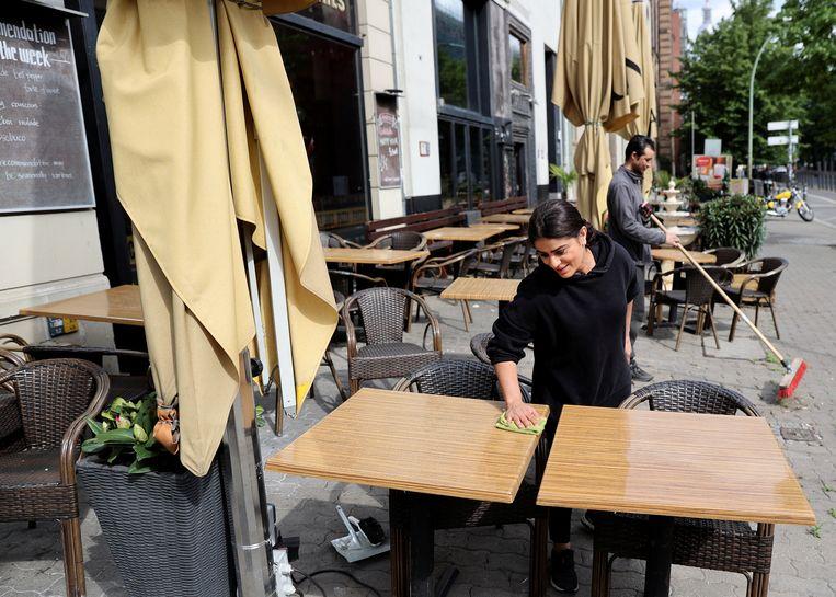 Medewerkers van de Grand Bar in Berlijn maken zich op voor de gasten die gaan komen. Beeld Reuters / Fabrizio Bensch