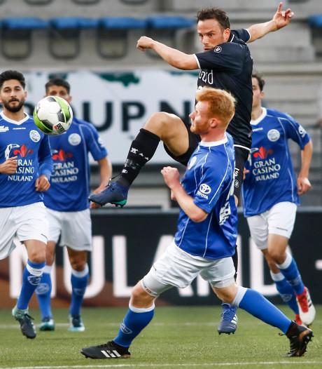 Emmen wint na repareren kunstgras in Den Bosch