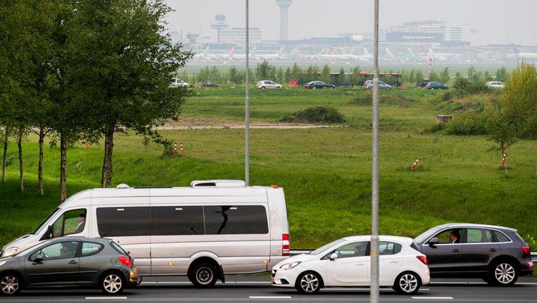 Vanwege een storing bij het inchecken waren de toegangswegen van het vliegveld afgezet. Er reden ook geen treinen meer naar de luchthaven. Beeld anp