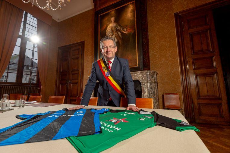 Burgemeester Dirk De fauw probeert de dwarsliggende grondbezitters te overtuigen om hun grond te verkopen.