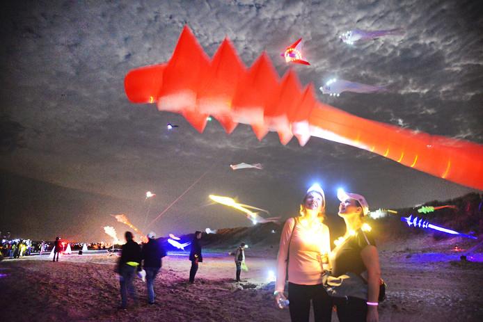 Verlichte vliegers op het strand bij de Fjoertoer Renesse.