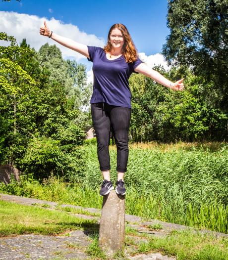 Eva (21) balanceert zes uur op een paal om taboe met 'lotgenoten' te doorbreken