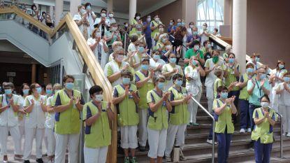 Helden van de zorg laten ook in AZ Sint-Blasius witte woede los: applaus op trappen inkomhal ziekenhuis