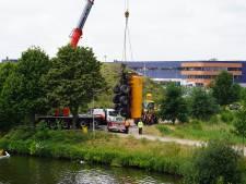 Tankwagen glijdt achteruit kanaal in bij Tilburg