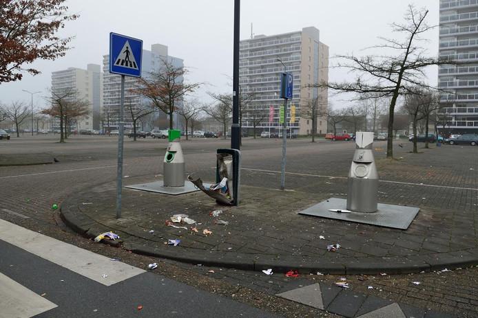 Een opgeblazen vuilnisbak in Breda-Noord.