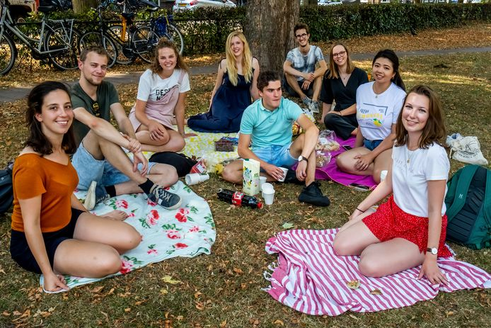 Een groep studenten in spe kwam samen voor een picknick om elkaar te leren kennen: Harriët, Tom, Nynke, Welmoed, Sonny, Esmée, Katrina, Iris en Laurens.