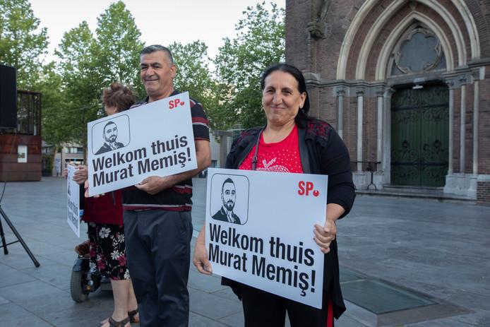 Murat Memis wordt ontvangen op Catharinaplein in Eindhoven nadat hij 2 maanden in Turkeij heeft vastgezeten.