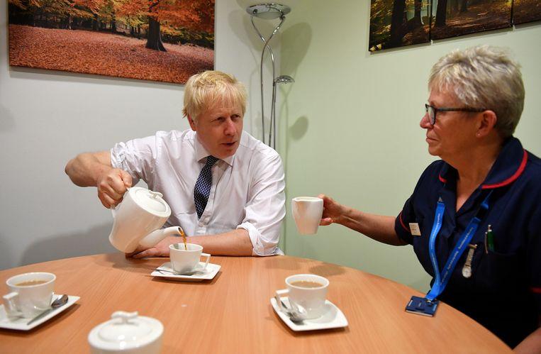 Boris Johnson schenkt melk over zijn theezakje, en nu zijn de Britten boos - Trouw
