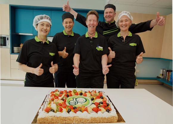 Het keukenteam trakteerde zichzelf op taart naar aanleiding van het behalen van het Smiley-kwaliteitslabel.