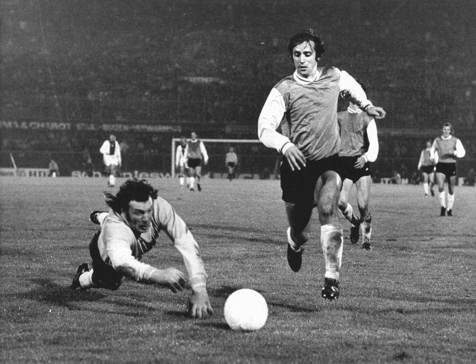 1973, Ajax-PSV: Willy van der Kuylen passeert doelman Heinz Stuy.