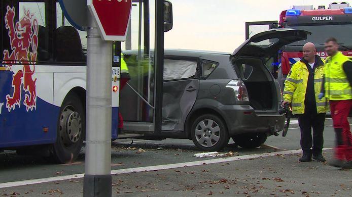 Bij een ernstig ongeluk met een lijnbus en een auto in het Limburgse Margraten raakten zaterdagochtend zeven mensen gewond geraakt, waarvan een man en een vrouw uit Deventer ernstig. De man is inmiddels overleden.