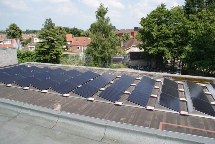 Zonnepanelen op het dak van de gymzaal aan de Secretaris L. Jansenstraat in Best.