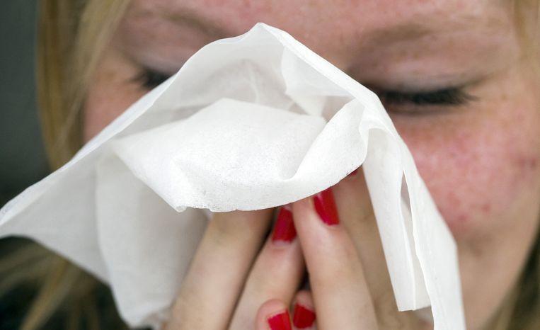 De kenmerken van hooikoorts zijn onder meer niezen, jeuk in de neus en een verstopte neus of een loopneus. Beeld ANP