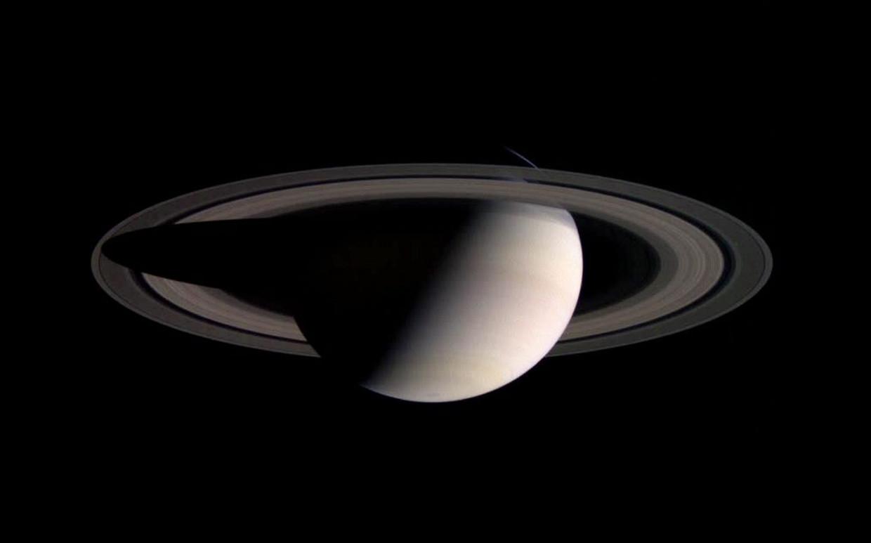 Wetenschappers zijn erin geslaagd om twintig nieuwe manen te ontdekken die in een baan rond de planeet Saturnus draaien.