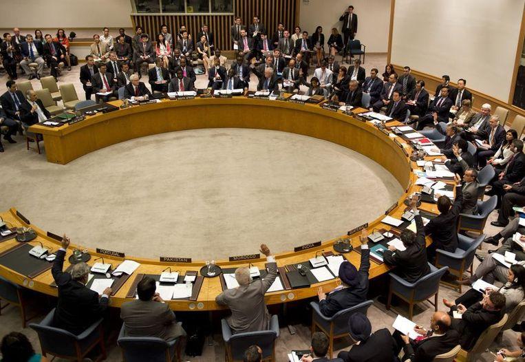 Leden brengen hun stem uit tijdens de bijeenkomst van de VN-Veiligheidsraad vandaag in New York. Beeld afp