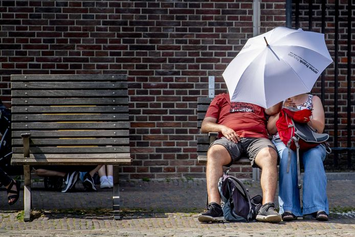 Een paraplu tegen de zon als bescherming tegen de hitte. Het KNMI heeft code oranje afgegeven wegens de extreme warmte.
