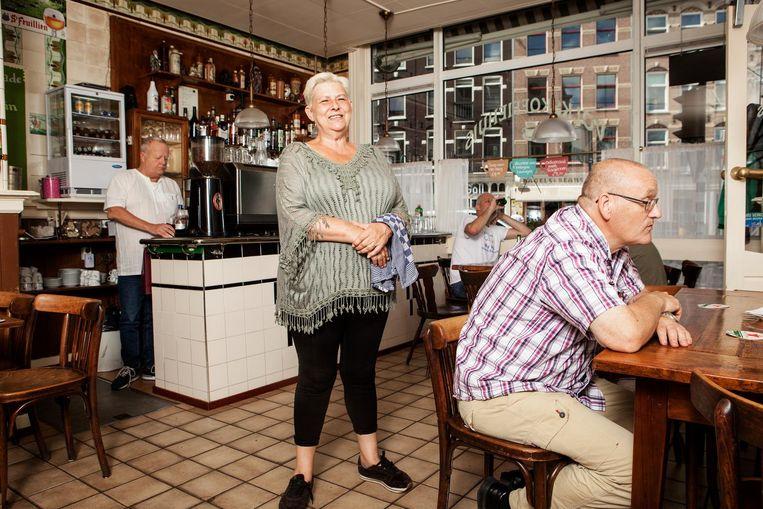 Marja Vrolijk, eigenaar van het Volkskoffiehuis: 'Hier komen nog de oude Spaarndammerbuurters. Ze drinken hun kopje koffie, lezen hun krantje' Beeld Niels Blekemolen