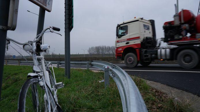 Een symbolische witte fiets werd geplaatst op de plaats van het ongeval.