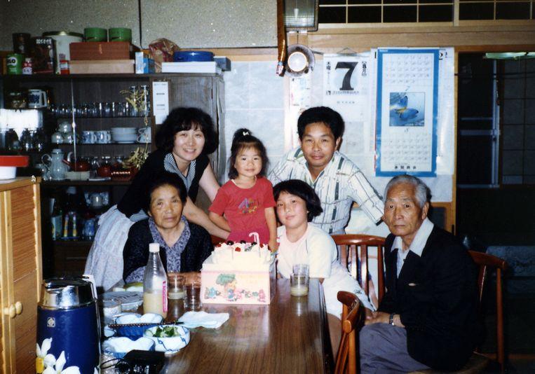 Verjaardagsfeest van Mayumi met haar familie in 1980. Beeld uit het boek The Restoration Will van Mayumi Suzuki