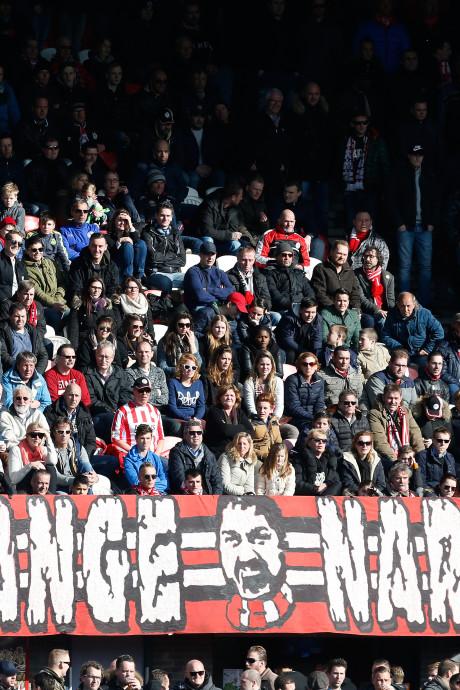 Supporters Sparta steken Oss hart onder de riem met spandoek