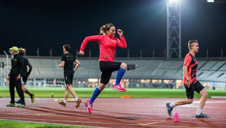 Floor Drissen (met blauwe sokken) loopt haar laatste trainingskilometers voor ze morgen aan de start moet verschijnen. Beeld Mats van Soolingen