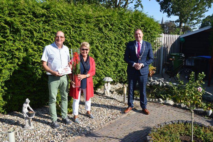 Het echtpaar De Haan kreeg uit handen van burgemeester Gerben Dijksterhuis een presentje.