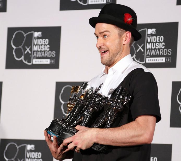 Justin Timberlake poseert in 2013 met enkele MTV awards, die vanaf nu dus Moon Persons gaan heten.