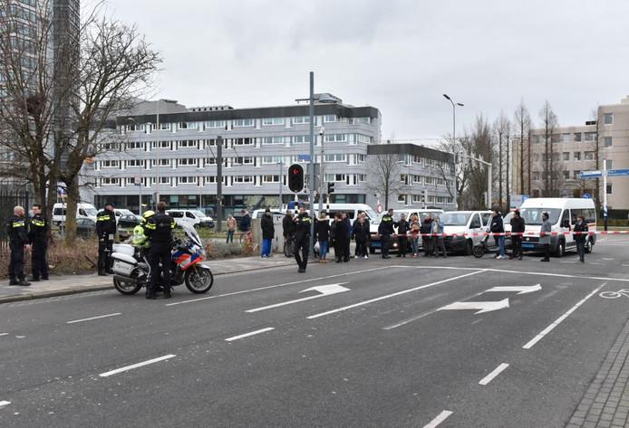 De politie is met veel agenten aanwezig in kogelwerende vesten.