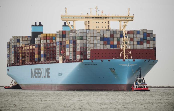 Containerschip Madrid Maersk van de Deense rederij Maersk Line komt aan in de Rotterdamse haven.