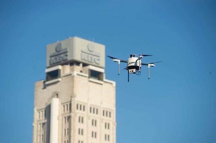 Drone Yacob vliegt een rondje langs de Boerentoren.