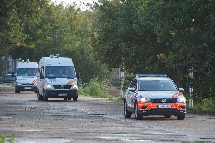 De verdachten werden elk afzonderlijk in een arrestatiebusje ter plaatse gebracht.