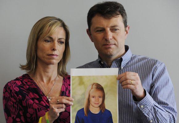 Kate en Gerry houden een foto omhoog van hoe Maddie er als negenjarige uitgezien zou hebben.