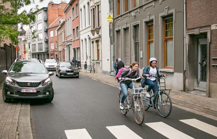 """""""Met bijna 9.500 leerlingen in het basisonderwijs en zo'n 11.500 leerlingen in het secundair onderwijs is onze stad één van de grootste concentraties van scholieren in Vlaanderen. Een verbod op vrachtwagens in de stadskern tijdens de spitsuren zou logisch zijn"""", stelt PVDA-raadslid Jef Maes."""