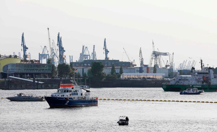 Langs de Elbe bij Hamburg is een vrouw ontsnapt aan vreselijke brandwonden nadat ze een stukje witte fosfor in haar jaszak had gestopt.