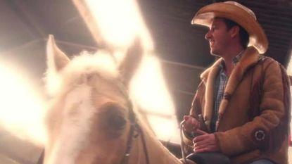 Sasha zet Davy Gilles (letterlijk) op z'n paard