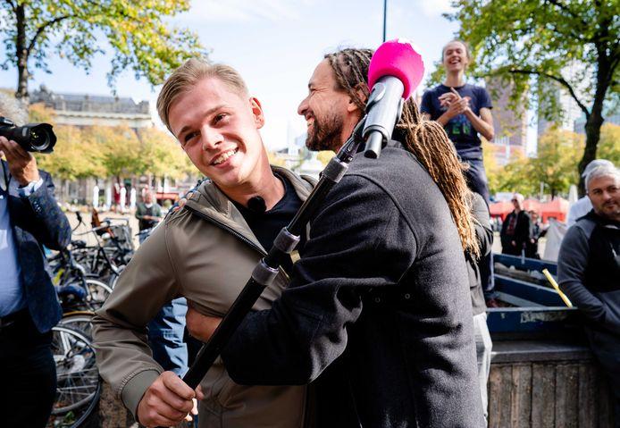 PowNed-verslaggever Dennis Schouten wordt op het Plein omhelsd door Willem Engel, initiatiefnemer van de actiegroep Viruswaarheid.