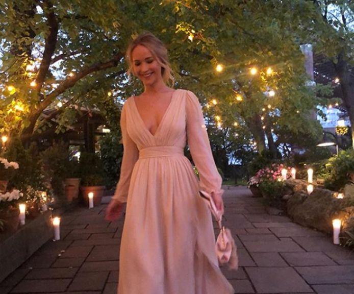 Jennifer Lawrence a fêté ses fiançailles dans une superbe robe de mariée rose.