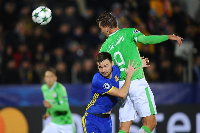 PSV'er Luuk de Jong wint een kopduel in de Champions League-wedstrijd tegen Rostov.
