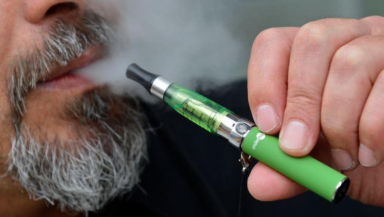 Een man rookt een e-sigaret. Beeld reuters