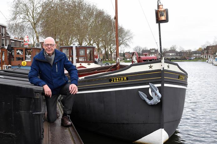 Gerrit van Oudenallen bij de Jozina, het Woerdense schip dat hij al sinds zijn kinderjaren kent.